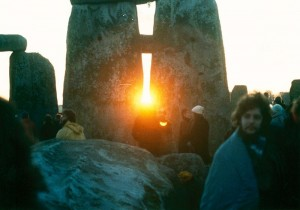 Stonehenge_sunset_winter_solstice_mid_1980s-300x210